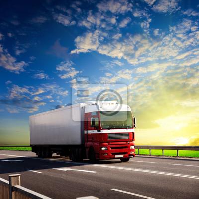 Fototapeta ciężarówka na autostradzie i zachody słońca
