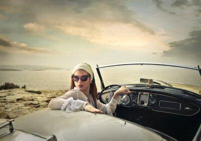 Fototapeta Classy Kobieta w rocznika samochodu