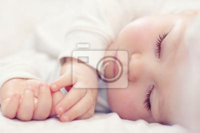 Fototapeta Close-up portret pięknej śpiące dziecko na białym tle
