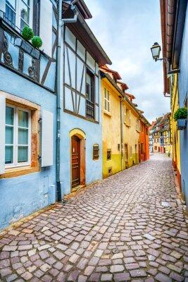Fototapeta Colmar, Petit Venice, wąska ulica i tradycyjne domy . Alsa