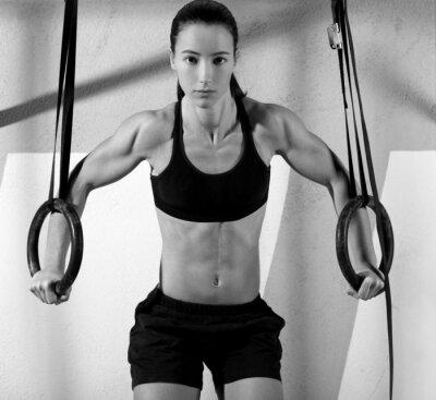 Fototapeta CrossFit dip ćwiczenie na siłowni zanurzenie pierścienia