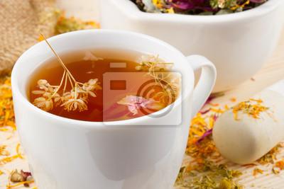 cup of tea zdrowych, zaprawy i tłuczek z ziół leczniczych na drewno