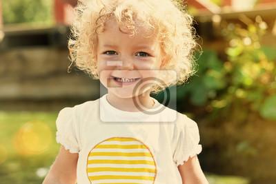 Cute little girl w letnim słońcu