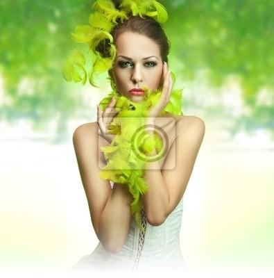 Cute młoda kobieta na zielonym tle