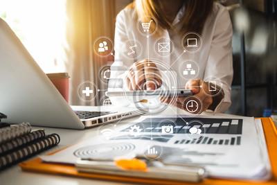 Fototapeta Cyfrowe media marketingowe w wirtualnym ekranie. Kobieta strony pracy z telefonu komórkowego i nowoczesnego obliczeń z diagramu ikona VR w biurze w świetle poranka