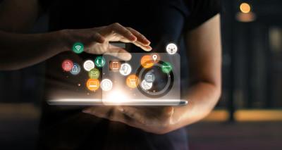 Fototapeta Cyfrowy marketing online koncepcja sprzedaży handlu. Kobieta za pomocą tabletu płatności zakupy online i ikona połączenia sieciowego klienta na hologramie wirtualnego ekranu, m-banking i omni channel