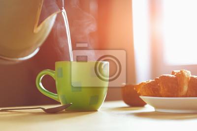 czajnik polewając wrzątkiem do kubka podczas śniadania w poranek