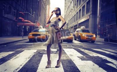 Fototapeta Czarna dziewczyna stwarzających na ulicy w Nowym Jorku