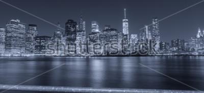 Fototapeta Czarno-biały nocny widok z Nowego Jorku.