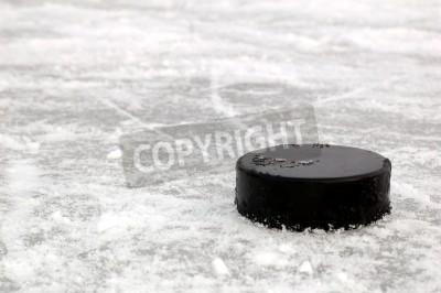 Fototapeta czarny krążek hokejowy na lodowisku