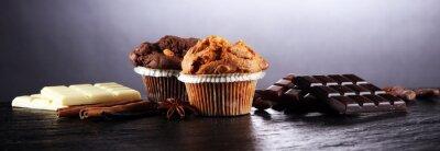 Czekoladowy słodka bułeczka i dokrętki słodka bułeczka, domowej roboty piekarnia na ciemnym tle.