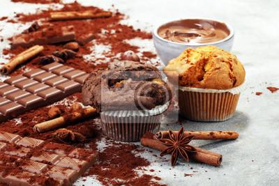 Czekoladowy słodka bułeczka i dokrętki słodka bułeczka, domowej roboty piekarnia na szarym tle
