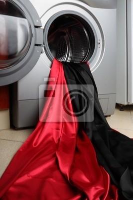 Czerwone i czarne gładkie satynowe tkaniny w pralce