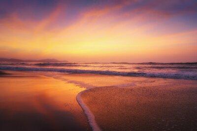 Fototapeta czerwony zachód słońca na brzegu plaży