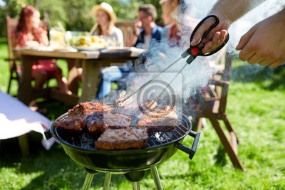 Fototapeta Człowiek gotowania mięsa na grill w letniej imprezie