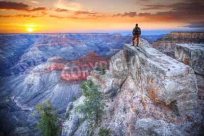 Fototapeta Człowiek w Wielkim Kanionie o wschodzie słońca. Turysta w Ameryce