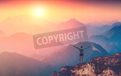 Fototapeta Człowiek z góry ręce stojących na szczycie góry i powitanie wschodu słońca w górach karpackich