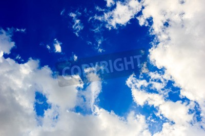Fototapeta Czyste niebo i chmury w słoneczny dzień.