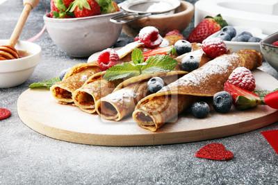 Delicious Smaczne domowe naleśniki lub naleśniki z malinami i jagodami