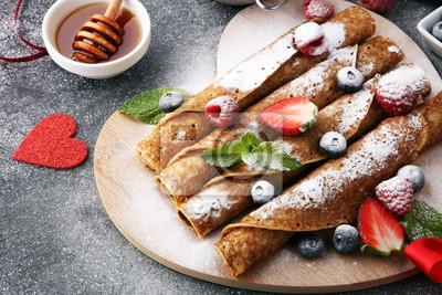 Delicious Smaczne domowe naleśniki lub naleśniki z malinami i jagodami. Koncepcja Valentine