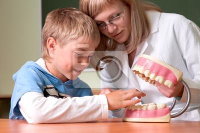 Dentysta i chłopiec z modelu anatomii zębów