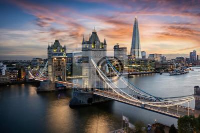Fototapeta Die beleuchtete Tower Brücke über der Themse in London bei Sonnenuntergang, Großbritannien