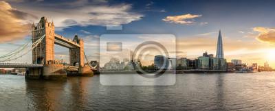 Fototapeta Die Skyline von London bei Sonnenuntergang: most von London Tower Bridge