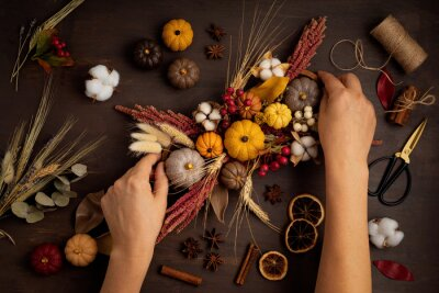 Fototapeta Diy rustic autumn table decoration. Floral interior decor for fall holidays with handmade pumpkins. Flatlay, top view
