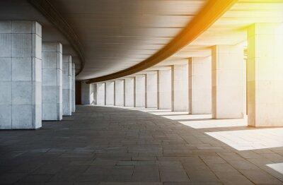 Fototapeta długi korytarz z kolumnami o zachodzie słońca