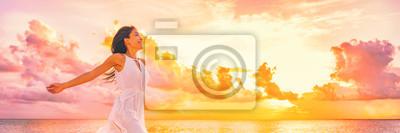 Fototapeta Dobrze jest wolna kobieta z otwartymi ramionami w powietrzu błogie szczęście koncepcja banner. Szczęśliwa kobieta przeciw różowemu pastelowemu kolorowemu zmierzchu niebu.
