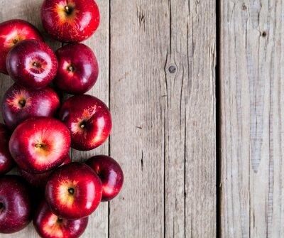 Fototapeta dojrzałe jabłka na drewnianym stole