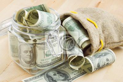 Dolar banknotów w szklanym słoju i worek pieniędzy