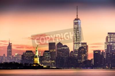 Fototapeta Dolny Manhattan z Freedom Tower i Statua Wolności o wschodzie słońca