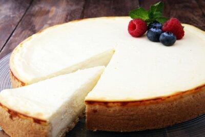 Fototapeta Domowej roboty cheesecake z świeżymi jagodami i mennicą dla deseru - zdrowy organicznie lato deserowy pasztetowy cheesecake. Sernik