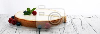 Domowej roboty cheesecake z świeżymi jagodami i mennicą dla deseru - zdrowy organicznie lato deserowy pasztetowy cheesecake. Sernik