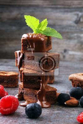 Domowej roboty czekoladowe ciasteczka na szarym tle