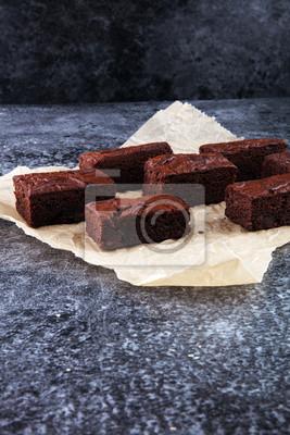 Domowej roboty czekoladowe ciasteczka na szarym tle vintage, czekolada