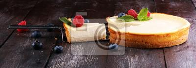 Domowej roboty sernik z świeżymi malinkami i mennicą dla deseru - zdrowy organicznie lato deserowy pasztetowy cheesecake. Sernik waniliowy