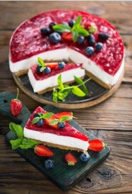 Fototapeta Domowy sernik ze świeżymi jagodami
