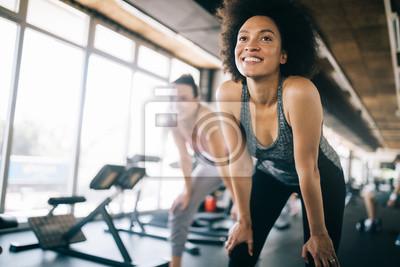 Fototapeta Dopasuj sportsmenkę, ćwiczenia i trening w klubie fitness