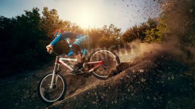 Fototapeta Downhill rower górski. Młody mężczyzna rowerzysta z rowerem.