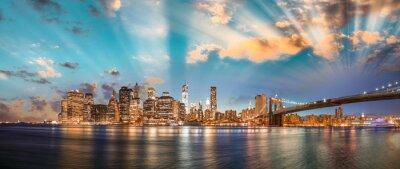 Fototapeta Dramatic sky over Brooklyn Bridge and Manhattan, panoramic night