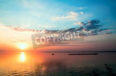 Fototapeta Dramatyczna piękny zachód słońca nieba nad powierzchnią jeziora