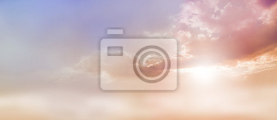 Fototapeta Dreamy Romantic Sky scape - piękne szerokie brzoskwinia i ciemna bladoniebieskie niebo i chmura scape z serii słońca wyłania się z pod podstawą chmur z dużą ilością miejsca na kopię