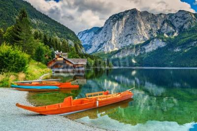 Fototapeta Drewniana stacja dokująca łodzi z tradycyjnych łodzi i wysokimi skalistymi górami w tle, Altaussee, Salzkammergut, Austria, Europa
