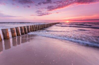 Fototapeta Drewniane falochronu - Bałtycka Seascape o zachodzie słońca, Polska