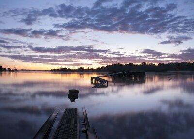 Fototapeta drewniany most nad rzeką w godzinach porannych