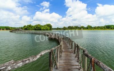 Fototapeta Drewniany most przez rzekę do namorzyn.