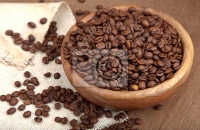 drewniany puchar pełen ziaren kawy