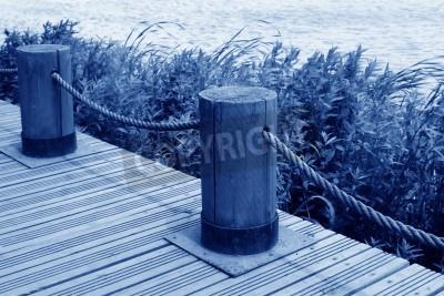 Fototapeta Drewno siekanie bloku i liny cumownicze nad jeziorem